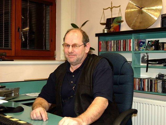 Ne vždy seděl Ivo Honajzer ve své kanceláři, byly doby, kdy se musel znovu postavit za pult.