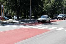 Hned dva přechody na Olomoucké ulici v Opavě byly vybaveny brzdnými pásy.