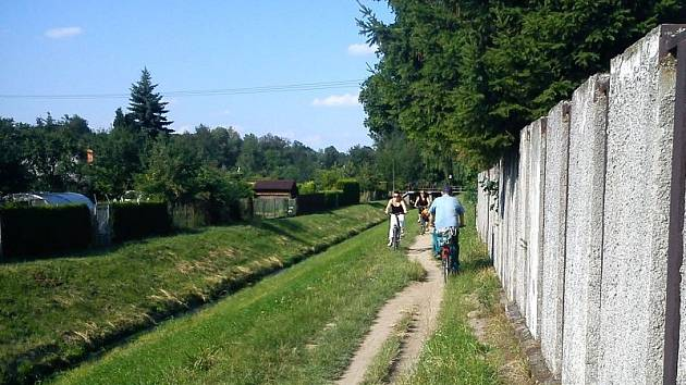 Chodník do zahrádkářské kolonie v Městských sadech.