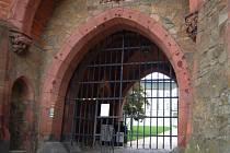 Brána Červeného zámku se zatím spouští o víkendech.