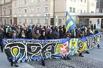 Asi tři sta padesát fanoušků se o víkendu sešlo na Horním náměstí v Opavě, aby se přidalo k pochodu, jehož cílem bylo poukázat na slabý klubový management a rovněž uctít památku tragicky zahynulých fanoušků Lechie Gdaňsk.