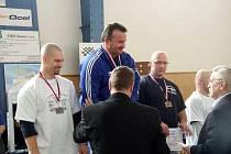 Stupně nejlepších mužů kategorie do 90 kg. Nejvýše opavský Jiří Kati, na druhém místě kuřimský Miloš Hýbl a třetí bohumínský Martin Turek.