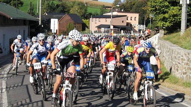 O zájmu o Vesnické sportovní hry jasně hovoří snímek ze startu cyklistického závodu v Plesné, kde vítězstvím družstvo Vřesiny udělalo důležitý krok k celkovému prvenství.