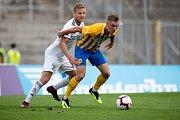 Brno - Zápas 6. kola fotbalové FORTUNA:LIGY mezi SFC Opava a MFK Karviná 25. srpna 2018 na Městském stadionu v Brně. Aleš Mertelj (MFK Karviná) a Jakub Janetzký (SFC Opava).