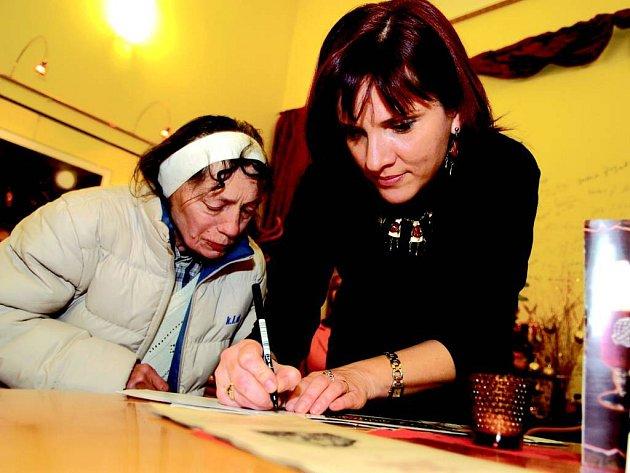 Eva Tvrdá osobně svou knihu přiveze a úryvky přečte v úterý v opavském Café Evžen.