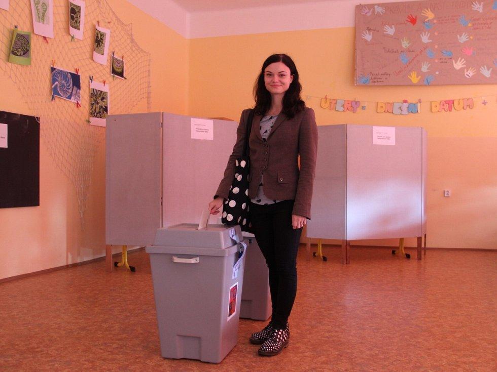 Adéla Dušková přišla do volební místnosti s předstihem a musela několik minut čekat.