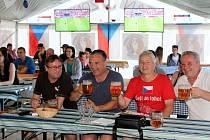 Lidé fandili českému fotbalovému týmu v zápase proti Chorvatsku.