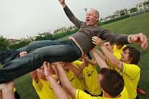 Fotbalisté Kylešovic slaví postup po zápase s rezervou Dolního Benešova.