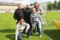 Fanoušci a trenér. Nahoře zleva: Milan Martínek (Maska), Karel Jarůšek, Pavel Jatzek (Džeky), spodní řada zleva: Petr Lysák (bubeník SFC), Jan Pitřík.