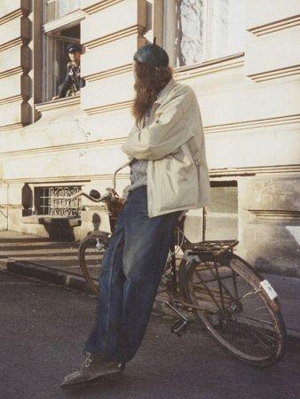 """Fotografie zpochodu """"hrabalovských postaviček"""", který se uskutečnil vpátek 26.března 1999vOpavě a spadal do třetího ročníku kulturního festivalu Další břehy snázvem Pábení Bohumila Hrabala."""
