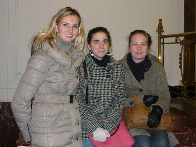 Na fotografii pózují v pražském Goethe - Institutu zleva: Mgr. Petra Neubertová, Michaela Holleschová, Beáta Kerlínová.