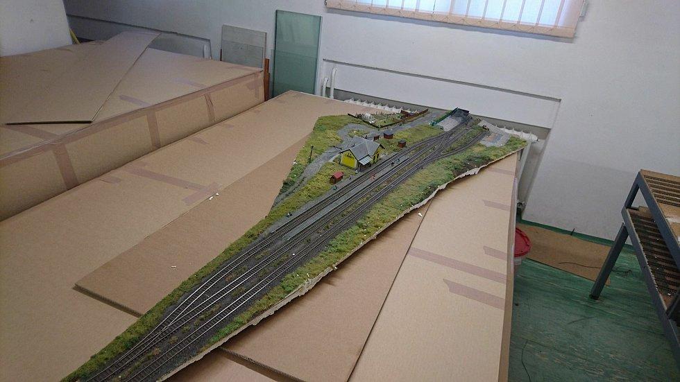 Rozřezaný model čekal v krabicích na další osud. Snímek z roku 2018.