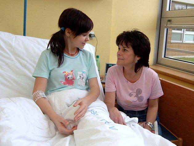 Za poplatek mohou rodiče pobývat se svými dětmi v nemocnici.