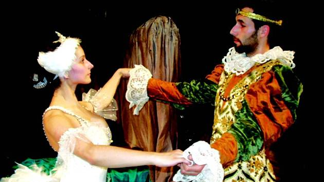 Po páteční hře Láska je láska vystoupí Docela velké divadlo Litvínov s pohádkou pro děti.