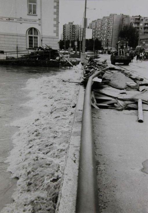 Povodně narušily konstrukci mostu v Ratibořské ulici.