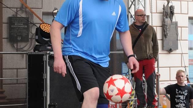JIŘÍ KREMSER před pelhřimovským publikem tentokrát kouzlil s fotbalovým balonem.