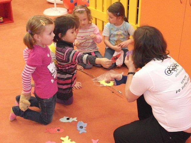 Děti se učí anglicky. Díky obchodnímu centru zadarmo.