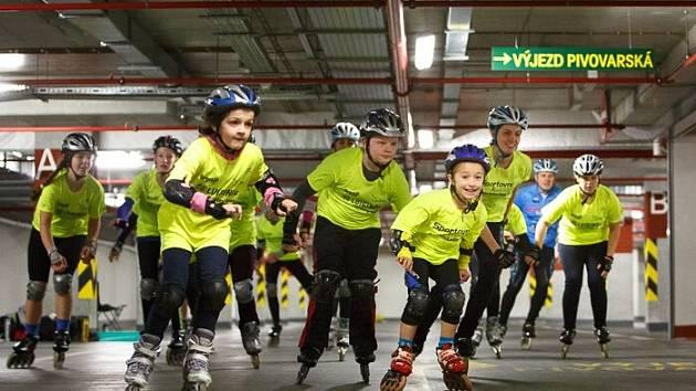 Děti se prohánějí na bruslích garážemi obchodního a společenského centra Breda&Weinstein. Až se začne závodit, bude tento trénink pro ně velkou výhodou.