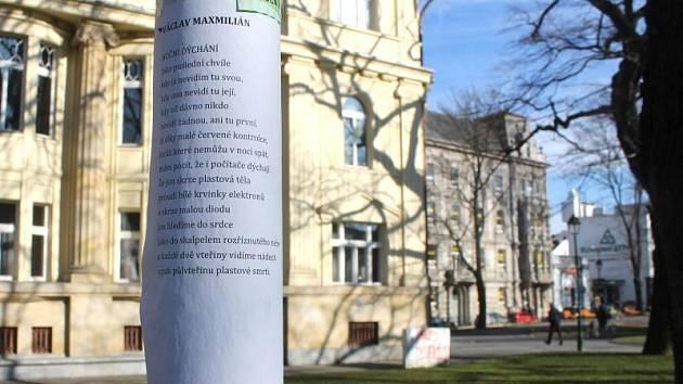 Na sloupech u Obecního domu v Opavě bylo ve středu možné nalézt vylepené básně. Vše je součástí iniciativy, která se během měsíců rozšířila z našho kraje do celé republiky a dokonce až do zámoří.