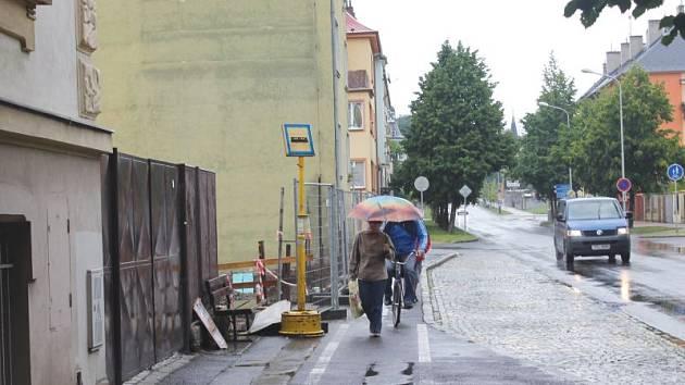 Není kam uhnout. Žena jde po cyklostezce, na záda jí dýchá cyklista. Bohužel ale pro ni místo na chodníku už nezbylo.