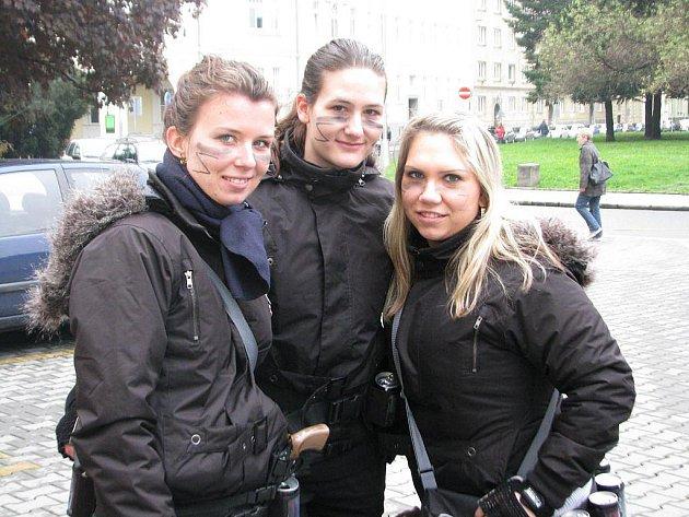 Studentky Beáta, Klára a Petra pracují jako reklamní hostesky přibližně tři roky.