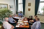 Jednání se zúčastnili (zleva) Robert Kučera, František Hellebrand, Herbert Pavera, Vilém Tomíček a Pavel Moravec.