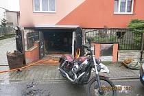 Při požáru garáže ve Slavkově byli popáleni dva lidé.