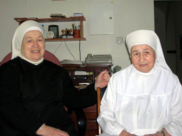 Dvě ze sester, které byly nedobrovolně vězněny v Hradci nad Moravicí žijí nyní v Opavském klášteře. Vpravo devadesátiletá řeholní sestřička Kordula, vlevo osmasedmdesátiletá sestra Terezie.