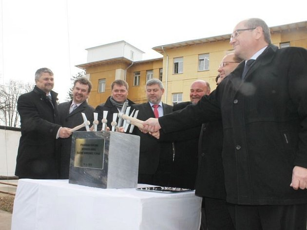 Tradičním poklepem na základní kámen byla ve čtvrtek zahájena dlouho očekávaná výstavba nového interního pavilonu N. Objekt vznikne v sousedství stávajícího pavilonu L.