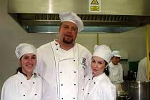 Dvě opavské studentky s učitelem se museli pěkně rychle otáčet, aby přípravu jídel zvládli.