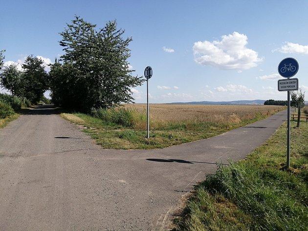 Cyklostezka vOldřišově. Tento úsek na katastru Oldřišova navazuje na polní cestu (vkatastru Opavy), kterou se cyklisté dostanou až do Opavy.