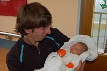"""Ester Kalná se narodila 8. dubna, vážila 3,45 kg a měřila 51 cm. """"Je to naše první miminko. Přejeme jí hodně štěstí, zdraví, lásky, peněz a ať je s námi šťastná,"""" popřála miminku maminka Hana Kalná a tatínek Tomáš Střílka z Horního Benešova."""