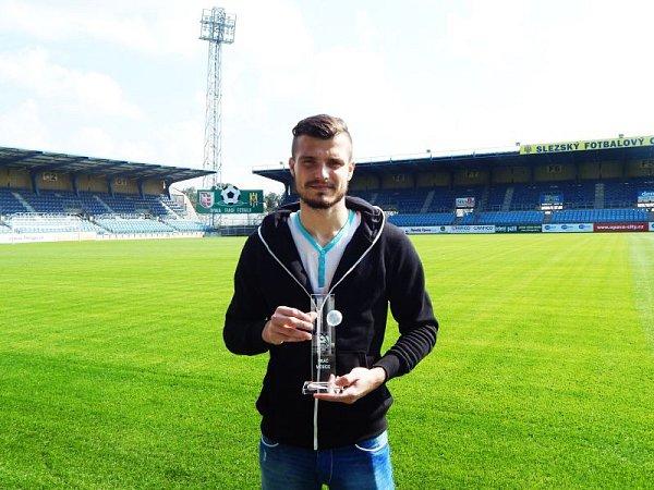Brankář Slezského FC Josef Květon cenu pro nejlepšího hráče Fotbalového národní ligy  za měsíc srpen převzal přímo na stadionu vMěstských sadech.