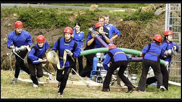 Hasiči z Markvartovic na hasičských závodech o putovní pohár starosty obce Markvartovice.