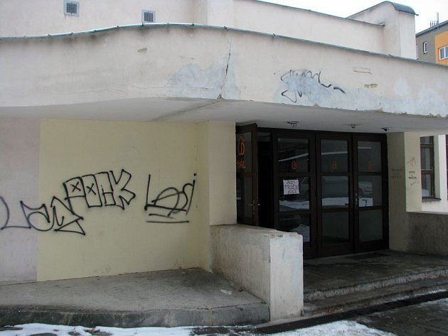 Nápisy pomalovaný vchod ze dvora do Lidového domu. Hákový kříž je již zde zamazán, další však najdeme na zdi přilehlé zahrady.