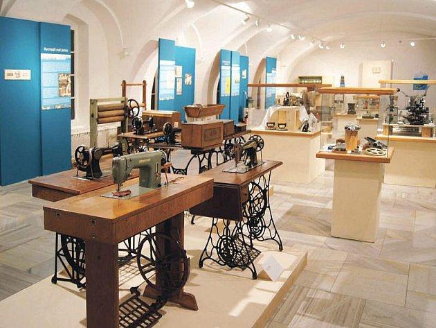 Výstavní síň v Šumperku byla mimo jiné zaplněna i historickými šicími stroji.