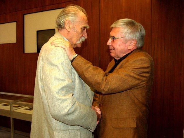 Suchánek přivítal na výstavě kamaráda sochaře Vladimíra Preclíka (vlevo), který do Opavy přijel nečekaně.