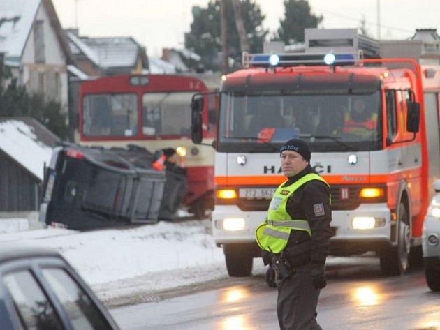 Řidič osobního vozidla dostal smyk a skončil na trati. O nějakou dobu později do jeho vozu narazil osobní vlak.