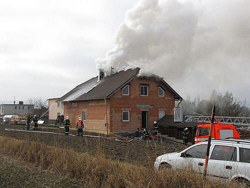 Čtyři jednotky hasičů zasahovaly v pátek před polednem u požáru střechy novostavby rodinného domku v Dolních Životicích.