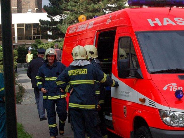 Hasiči včera dopoledne vyjeli k výškové budově za Slezankou, v níž pravděpodobně unikla rtuť.