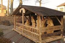 Starosta Hlubočce Vítězslav Dostál se tentokrát domluvil s řezbářem Petrem Hajdou a v obci vznikl vyřezávaný betlém.