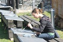 Z interaktivní zahrady měly radost především děti, které si zde mohly například vyzkoušet malování štětcem na břidlici.