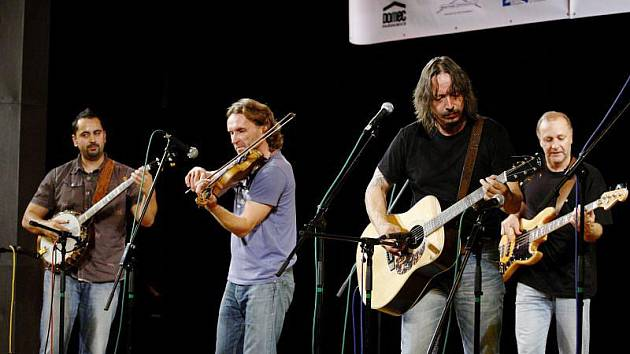 Bluegrassová skupina COP a energický drive, kterým jsou její koncerty známy.