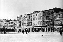 Snímek zachycuje podobu náměstí v 90. letech 19. století.
