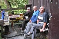 U kiosku s občerstvením se v Jánských Koupelích schází na kus řeči místní chataři. V pátek jim stánek někdo vykradl.