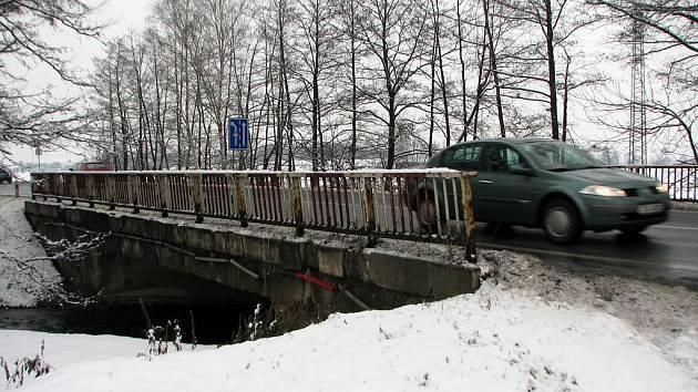 Most v Komárově. Až se začne opravovat, musejí se řidiči jedoucí na Ostravu obrnit trpělivostí.