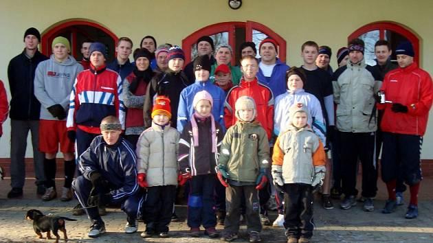 Účastníci Silvestrovského běhu v Holasovicích.