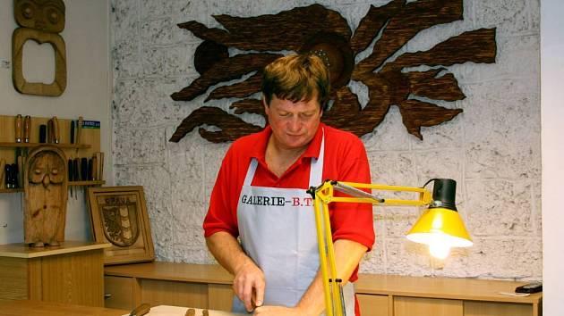 Pohled na autora vyřezávacího artefakty ze dřeva.