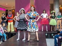 Pokud jste v pátek odpoledne zahlédli v obchodním centru Breda&Weinstein lidi ve stylových retro oblečcích, vězte, že to nebyla náhoda. Konala se tam totiž velkolepá show v retro stylu, na které byli oceněni nejlepší opavští studenti středních škol.
