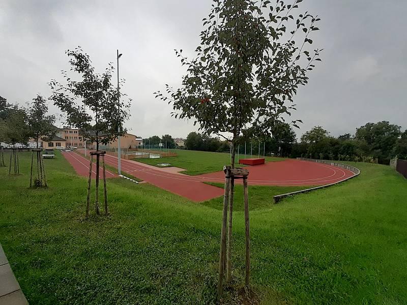 Areál základní školy v Háji ve Slezsku.